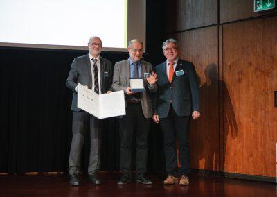 v.l.n.r.: Generalsekretär Prof. Dr. Michael Dröscher, Preisträger Prof. Dr. Harald Lesch, Laudator Dr. Dr. Jens Simon (PTB) © WID/Gesine Born