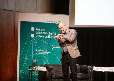 Mit schauspielerischem Talent und klugen Worten fesselte der Preisträger, Prof. Dr. Harald Lesch, das Publikum auf dem 10. Forum Wissenschaftskommunikation in Braunschweig.© WID/Gesine Born