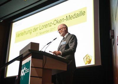 Der Generalsekretär der GDNÄ erläutert die Bedeutung und Tradition der Lorenz-Oken-Medaille. © WID/Gesine Born
